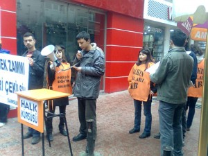 Samsunlu, ekmek zammını 'Halk Kürsüsü'nde protesto etti